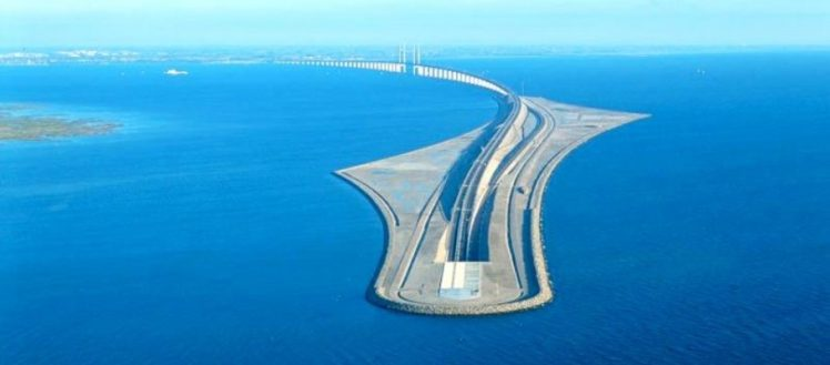This-Amazing-Bridge-Turns-Into-a-Tunnel-and-Connects-Denmark-and-Sweden-sekkun-1-908x400